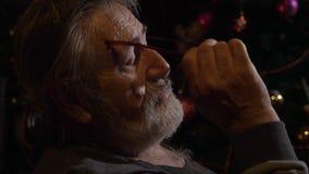 Nahaufnahmeprofilporträt des müden älteren Mannes entfernt seine Gläser an der Dunkelkammer stock video