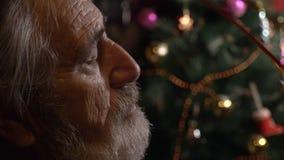 Nahaufnahmeprofilporträt des müden älteren Mannes entfernt seine Gläser an der Dunkelkammer stock footage