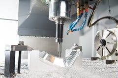 Nahaufnahmeprozeß des Metalls maschinell bearbeitend durch Tausendstel Lizenzfreies Stockfoto
