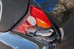 Nahaufnahmerückseite des Autos nach dem Unfall Stockfotografie