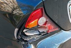 Nahaufnahmerückseite des Autos nach dem Unfall Lizenzfreie Stockfotografie