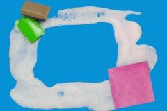 Nahaufnahmerahmen vom Schaum auf blauem Hintergrund mit Kopienraum lizenzfreie stockfotos
