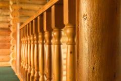 Nahaufnahmereihe der hölzernen Treppe der hölzernen Spalte im hölzernen Blockhaushaus Lizenzfreies Stockbild