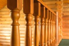 Nahaufnahmereihe der hölzernen Treppe der hölzernen Spalte im hölzernen Blockhaushaus Lizenzfreie Stockfotos