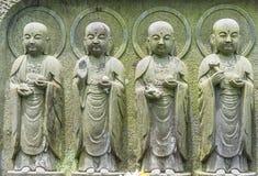 Nahaufnahmereihe von Stein-Jizo-Bodhisattvastatuen in Kamakura, Japan Stockfotografie