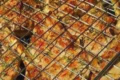 Nahaufnahmerindfleischsteak, das auf einem Grill kocht Lizenzfreies Stockbild