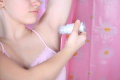 Nahaufnahmerollerdesodorierendes mittel und -achselhöhle im Badezimmer Antitranspirationsmittel vom Schweiß Stockfotos