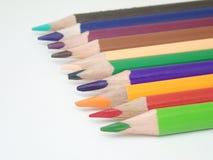 Nahaufnahmesatz farbige Bleistifte lokalisiert auf weißem Isolat Stockbild