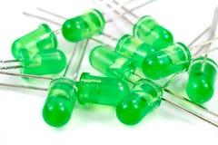 Nahaufnahmesatz grüne LED-Dioden auf einem weißen Hintergrund Stockfoto