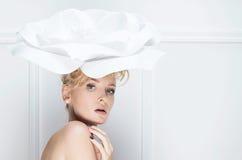Nahaufnahmeschönheitsporträt blonder Dame Stockbild