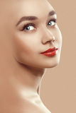Nahaufnahmeschönheitsporträt des attraktiven vorbildlichen Gesichtes   stockbild