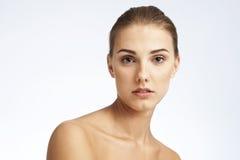 Nahaufnahmeschönheitsporträt einer jungen Frau stockbild