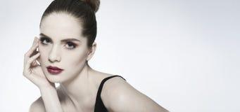 Nahaufnahmeschönheitsporträt einer jungen Frau, die Kamera betrachtet lizenzfreies stockfoto