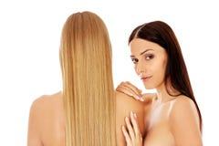 Nahaufnahmeschönheitsporträt von zwei schönen jungen Frauen lizenzfreie stockfotos