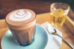Nahaufnahmeschale Kunst der heißen Schokolade auf Untertasse mit Löffel und Tee Lizenzfreies Stockfoto