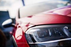 Nahaufnahmescheinwerfer des neuen Sportwagens Stockbild