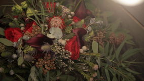 Nahaufnahmeschießen des Blumenstraußhochzeitstags zuhause stock footage
