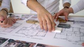 Nahaufnahmeschießen von Zeichnung Erbauern führen Reparaturen in der Wohnung im neuen Haus, überprüfen Parameter durch Nahaufnahm
