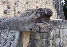 Nahaufnahmeschlangenkopf auf der Plattform Eagless und des Jaquars, Chichen Itza Stockfotos