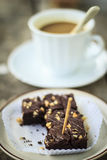 Nahaufnahmeschokoladenkuchen mit Kaffeetasse auf weißem Hintergrund Stockfoto