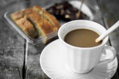 Nahaufnahmeschokoladenkuchen mit Kaffeetasse auf wei?em Hintergrund Stockfotos