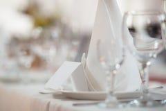 Nahaufnahmeschuß eines formalen Abendessenservices wie an einem Bankett Stockbilder