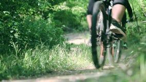 Nahaufnahmeschuß von den Fahrrädern, die auf Parkspur fahren stock video footage
