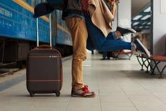 Nahaufnahmeschuß von den Frauenfüßen an stehend gehen bei der Umfassung ihres Mannes an der Bahnplattform für einen Abschied vor  Lizenzfreie Stockfotos
