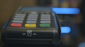 Nahaufnahmeschu? des Kundenlohns ?ber dem drahtlosen Handelskarteleser Erwachsene menschliche Hände der Geschäftsmanngebrauchssch stock video
