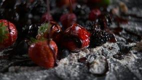 Nahaufnahmeschwarzhintergrund der Frucht Sirup gegossener stock video