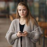 Nahaufnahmeseiten-Profilporträt störte das Unterhaltungsc$simsen der traurigen skeptischen unglücklichen ernsten Frau am Telefon, lizenzfreies stockbild