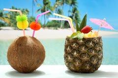 Fruchtcocktails Kokosnuss und Ananas auf dem Strand Lizenzfreie Stockbilder