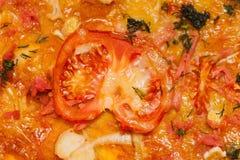 Nahaufnahmestück Tomatenpizza Stockfotografie