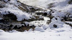 Nahaufnahmestein und -strom im Nebel Noboribetsu onsen Schnee Lizenzfreie Stockbilder