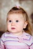 Nahaufnahmestudioporträt des kleinen Mädchens des Umkippens mit dem langen blonden Haar Lizenzfreie Stockfotografie