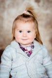 Nahaufnahmestudioporträt des süßen kleinen Mädchens mit dem blonden Haar stockfoto