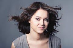 Nahaufnahmestudioportrait jungen lächelnden Mädchens w Lizenzfreie Stockfotos