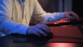 Nahaufnahmesuchtkerl mit den männlichen Händen, die Videospiel auf Bildschirm mit den Fingern auf Tastatur spielen Selektiver Fok stock footage