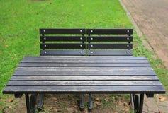 Nahaufnahmetabelle und -stühle im allgemeinen Park lizenzfreie stockfotografie