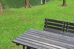 Nahaufnahmetabelle und -stühle im allgemeinen Park stockbilder