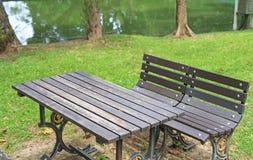 Nahaufnahmetabelle und -stühle im allgemeinen Park stockfotografie