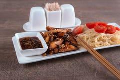 Nahaufnahmeteigwaren mit Huhn und zwei Essstäbchen Stockbild