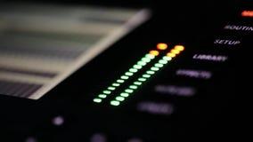Nahaufnahmeteil der DJ-Radiomischerplatte mit dem Blinken von kleinen grünen und roten Lampen stock video footage