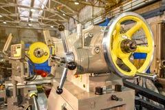 Nahaufnahmeteil der industriellen Maschine in der Fabrik an den Metallverarbeitungen stockbild
