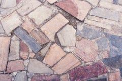 Nahaufnahmeteil des Steinbürgersteigs von den Steinen von verschiedenen Formen a Lizenzfreies Stockfoto