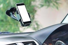 Nahaufnahmetelefon angebracht in Auto stockbilder