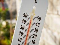 Nahaufnahmethermometer, der Temperatur in den Grad Celsius zeigt Stockbilder