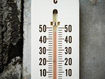 Nahaufnahmethermometer, der Temperatur in den Grad Celsius zeigt Stockfoto