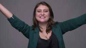 Nahaufnahmetrieb der erwachsenen attraktiven brunette Frau, die sich herum dreht und mit der Aufregung betrachtet Kamera mit läch stock video