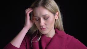 Nahaufnahmetrieb der jungen attraktiven kaukasischen Frau, die durchdacht ist und eine Idee betrachtet Kamera erhält stock footage